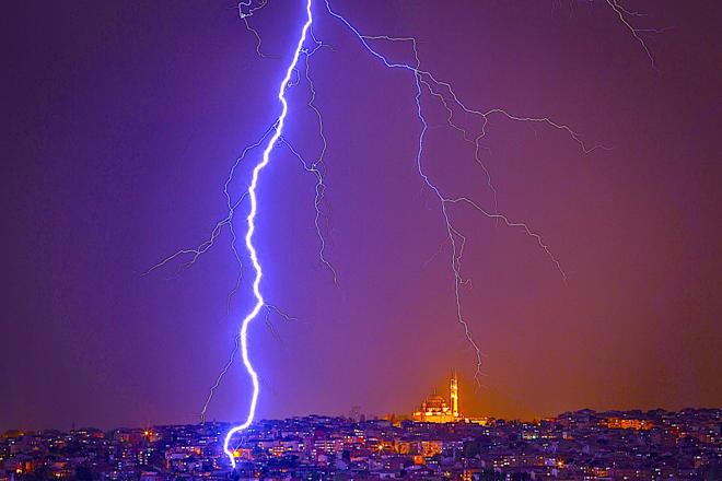 Tia sét đánh vào Nhà thờ Hồi giáo Fatih trên bầu trời Istanbul trong cơn giông bão vào ngày 7 tháng 5 năm 2017 tại Istanbul, Thổ Nhĩ Kỳ.
