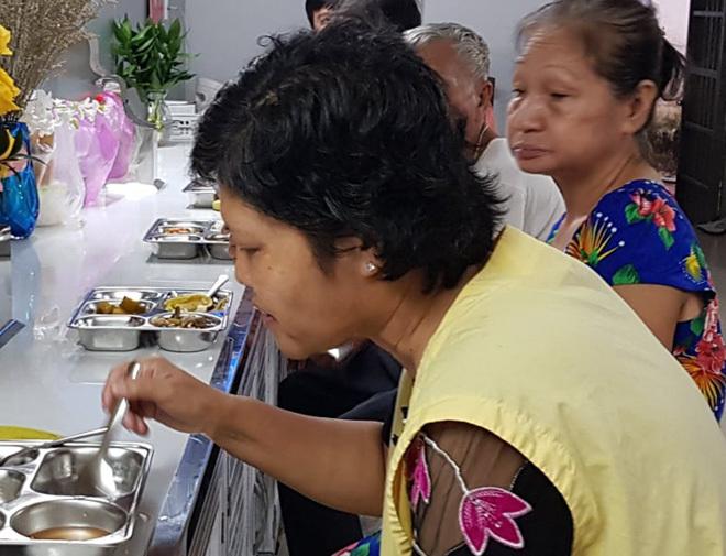 Thân nhân người bệnh dùng cơm tại Bếp yêu thương, Bệnh viện Chợ Rẫy ngày 8/8. Ảnh: Lê Phương.