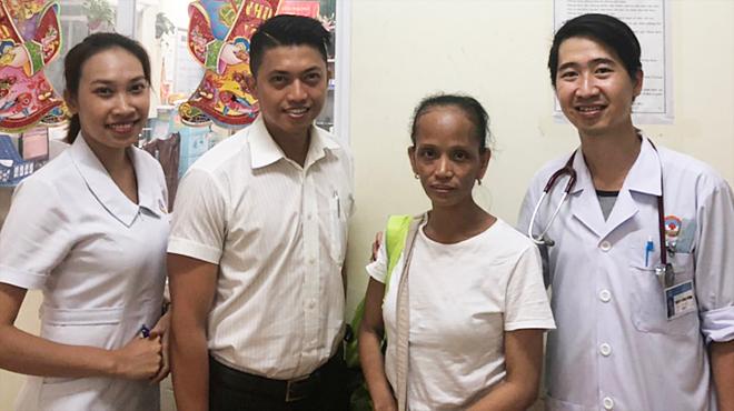 Nữ bệnh nhân Philippines (thứ hai từ phải sang) hồi phục khoẻ mạnh rời viện. Ảnh: Trần Dương.