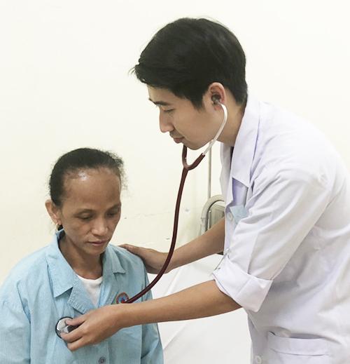Bác sĩ thăm khám cho bệnh nhân trước khi xuất viện. Ảnh: Trần Dương.