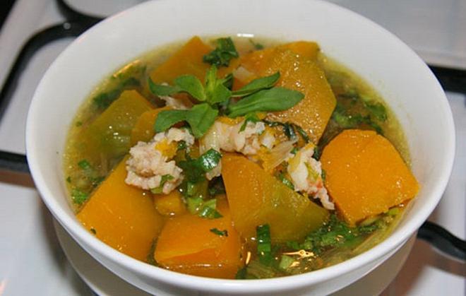 Bí ngô có thể chế biến thành nhiều món như hầm thịt, xào, nấu canh rau, nấu cháoăn hàng ngày.