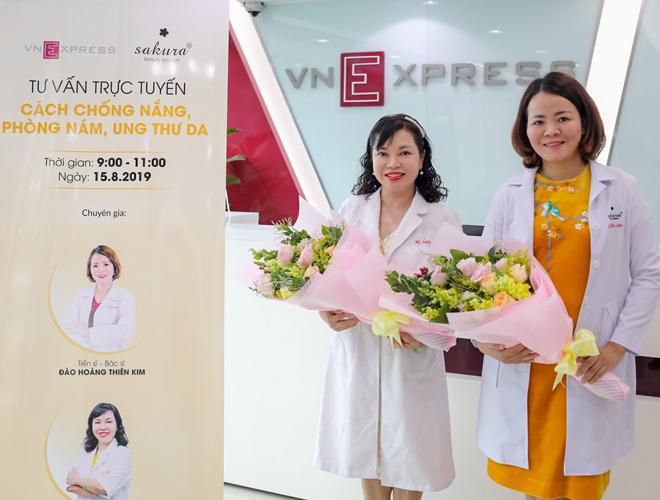 Tiến sĩ, bác sĩ Trần Ngọc Ánh (phải) và Tiến sĩ, bác sĩ Đào Hoàng Thiên Kim (trái) và tư vấn cho độc giả cách chống nắng, phòng nám, ung thư da. Ảnh: Thành Nguyễn