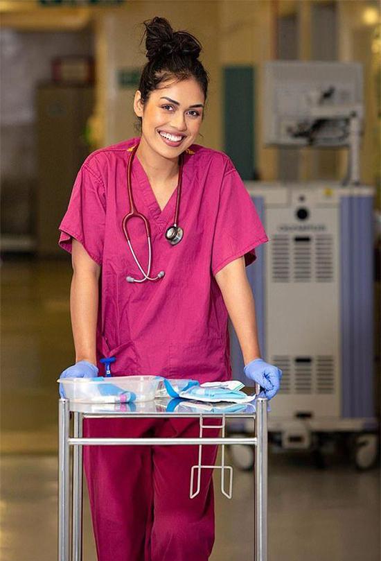 Là bác sĩ trẻ, Bhash cố gắng để cân bằng với trọng trách Hoa Hậu.Ảnh: Dailymail