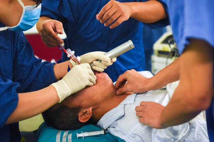 Cuộc chiến âm thầm sau tấm màn xanh của bác sĩ gây mê