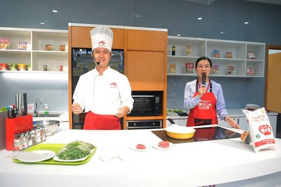 Trong chương trình, các đầu bếp từ Ajinomoto Cooking Studio đã chia sẻ về văn hóa ẩm thực Việt Nam và giới thiệu đến các bạn học sinh món nguồn gốc, nét độc đáo và cách chế biến món phở cuốn.