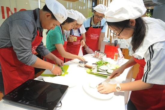 115 nhà lãnh đạo trẻ Châu Á được chia làm các nhóm, tận tay thực hiện chế biến món Phở cuốn dưới sự hướng dẫn của đầu bếp Ajinomoto Cooking Studio.