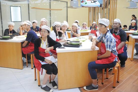 Học sinh các nước châu Á theo dõi đầu bếp của Ajinomoto chia sẻ nguồn gốc món phở cuốn. Đây là món ăn biến tấu từ phở nước - món ăn quốc hồn quốc túy của ẩm thực Việt Nam. Phở cuốn có hương vị đặc biệt nhờ sự kết hợp hài hòa và cân bằng của rau tươi, bánh phở, thịt bò và nước chấm chua ngọt.