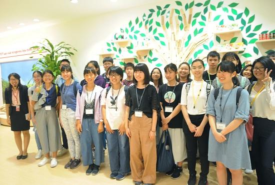 Nhà lãnh đạo trẻ châu Á là chương trình thường niên được tổ chức nhằm thúc đẩy tình hữu nghị giữa các quốc gia trong khu vực. Tham gia chương trình, đại diện học sinh trung học phổ thông đến từ các quốc gia cùng thảo luận về những vấn đề toàn cầu và đề xuất giải pháp cải thiện. Năm nay, chương trình được tổ chức tại Việt Nam 17-24/8 với nhiều hoạt động xoay quanh chủ đề Các cải thiện về vấn đề thực phẩm và sức khỏe (dành cho giới trẻ).
