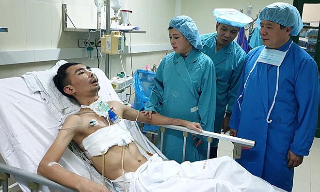 Bộ Trưởng Y tế thăm bệnh nhân ghép phổi tại Bệnh viện Việt Đức, trau 23/8. Ảnh: Tuấn Dũng.