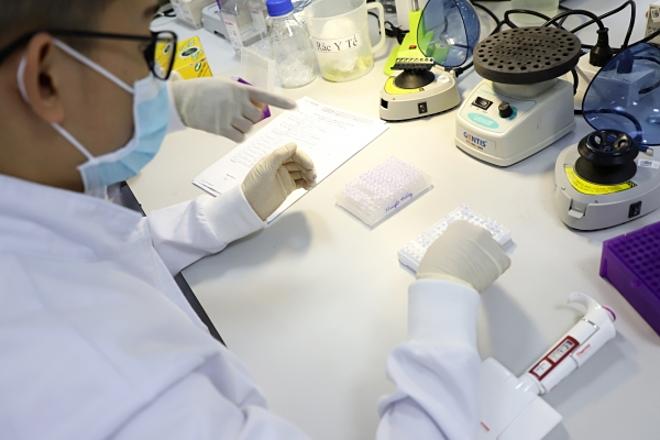 Phân tích gene tại trung tâm xét nghiệm ADN. Ảnh: Đại tá Hà Quốc Khanh cung cấp