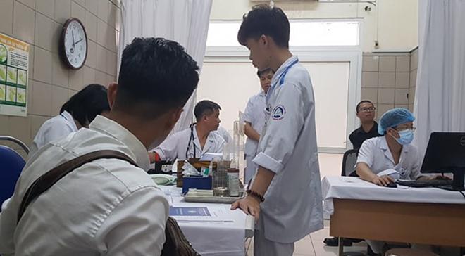 Bệnh nhân được lấy máu xét nghiệm thủy ngân sau cháy kho Rạng Đông, tại Bệnh viện Bạch Mai sáng 30/8. Ảnh: Ngọc Thành.