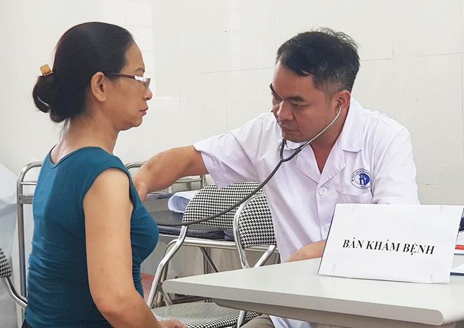 Người dân đến trạm y tế phường Hạ Đình để khám sức khỏe. Ảnh: Thế Quỳnh
