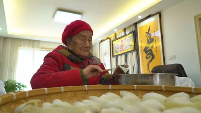 Cụ bà 103 tuổi chơi đàn dưỡng sinh - ảnh 2