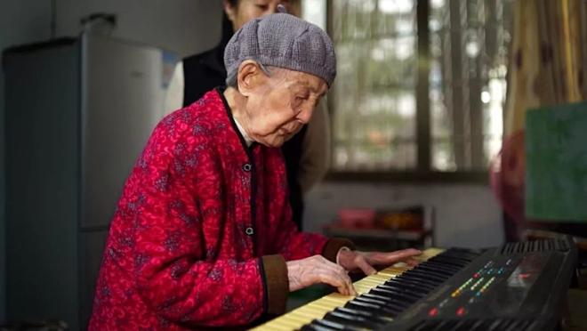 Cụ bà 103 tuổi chơi đàn dưỡng sinh - ảnh 1