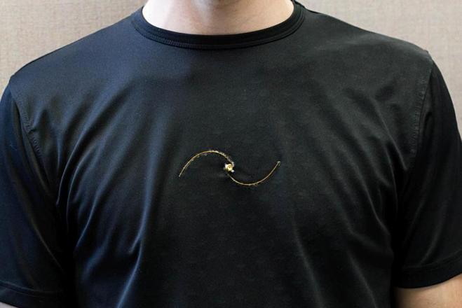 Chiếc áo thun có thể đo và theo dõi tốc độ hô hấp của người mặc. Ảnh: New Atlas