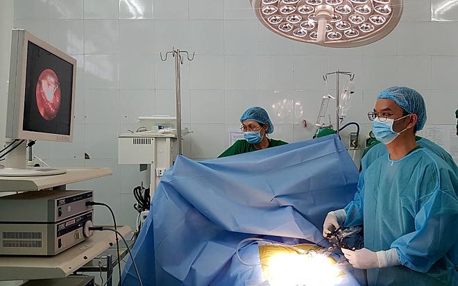 Bác sĩ Bệnh viện Nhi đồng Thành phố phẫu thuật cho bé gái tại An Giang ngày 12/9. Ảnh bệnh viện cung cấp.