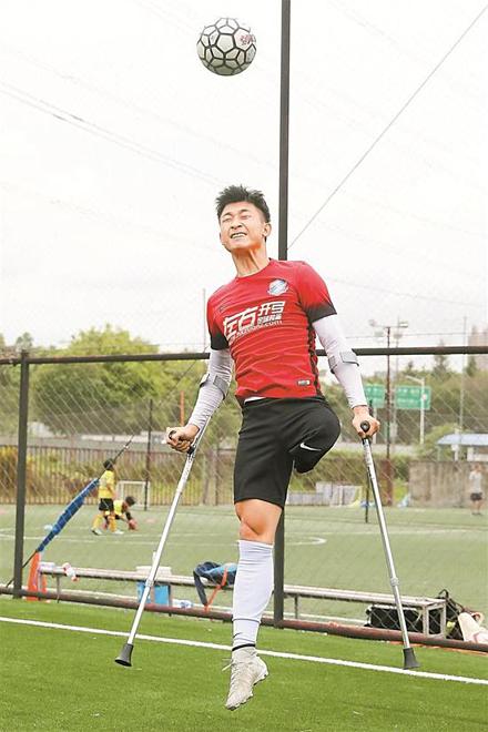Mất một chân vẫn là cầu thủ bóng đá - ảnh 1