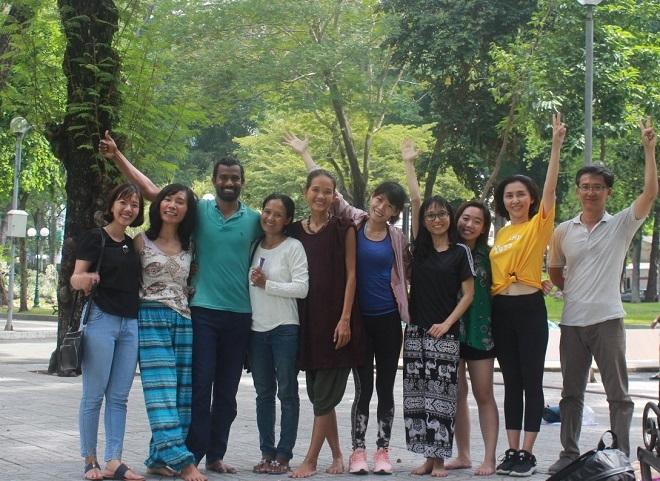 Chị Sử Khánh Linh (áo vàng từ phải sang) cùng những người bạn, thầy giáo dạy thiền tại công viên trong một sáng cuối tuần (Ảnh: NVCC)