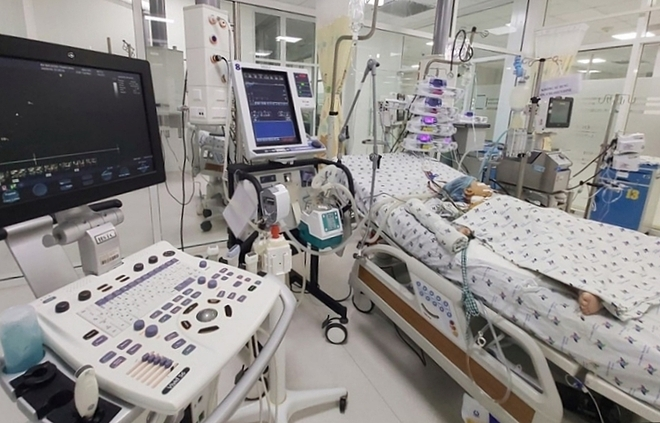 Bé gái được chạy ECMO, hỗ trợ tim phổi tại Bệnh viện Nhi đồng Thành phố. Ảnh do bệnh viện cung cấp.