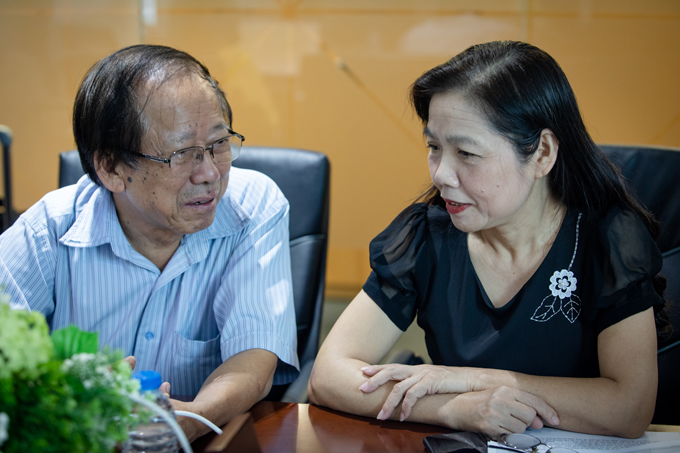 Phó giáo sư, Tiến sĩ Nguyễn Duy Thịnh trao đổi với Phó giáo sư, tiến sĩ Lê Bạch Mai khi nhận câu hỏi từ độc giả. Ảnh: Thành Nguyễn.