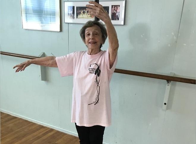 Ở tuổi 100, bà Georgia vẫn khỏe mạnh và dạy học múa cho các học viên: Ảnh: Today