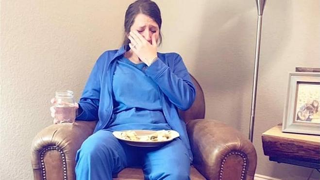 Nữ y tá khóc sau ngày làm việc
