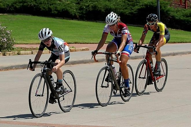 Cô gái đeo ống thông dạ dày trên đường đua xe đạp - ảnh 1
