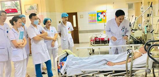 Các ybác sĩ đứng xung quanh giường bệnhcười hạnh phúc khi bệnh nhi hồi tỉnh. Ảnh do bác sĩ cung cấp.