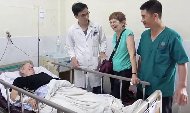 Bệnh nhân người Australia hồi phục sau cơn nhồi máu cơ tim, điều trị ở Bệnh viện Quân y 175. Ảnh: Trần Chính.