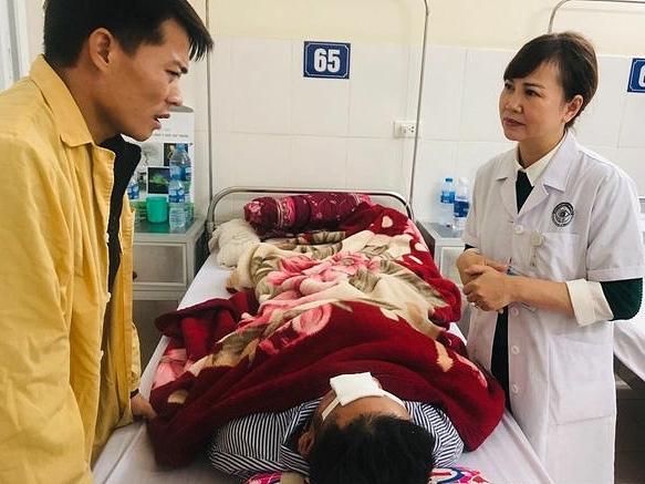 Bệnh nhân đang được điều trị tại Bệnh viện Mắt Trung ương. Ảnh: Ngọc Dung.