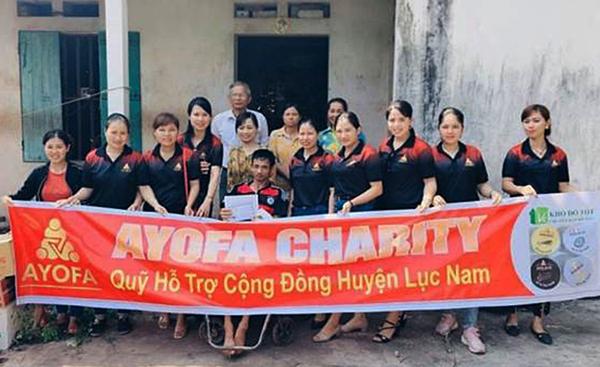 Nhóm thiện nguyện khu vực tỉnh Bắc Giang trao quà và 4,2 triệu tiền mặt cho anh Trương Văn Chân ở thôn Sơn Đình 1, xã Thanh Lâm, huyện Lục Nam.