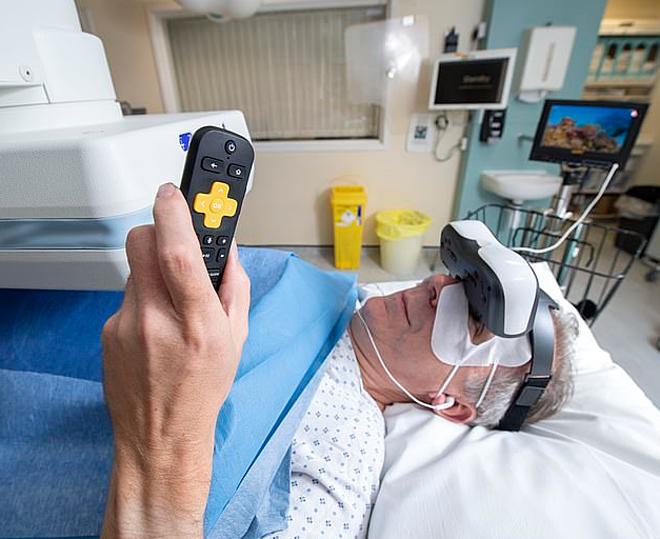 Một bệnh nhân trải nghiệm chiếc kính video. Ảnh: Mogaznews En