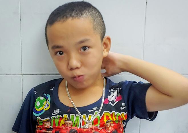 Bé Thuận vẻ ngượng ngùng mỗi khi nhìn thấy người lạ. Ảnh: Thúy Quỳnh.