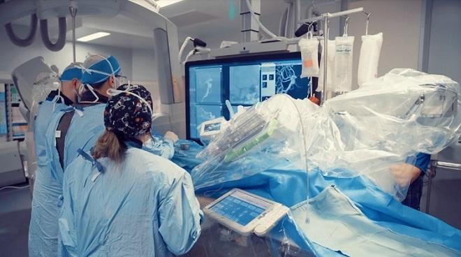 Ca phẫu thuật thần kinh với sự hỗ trợ của robot trong 3 giờ đồng hồ. Ảnh: