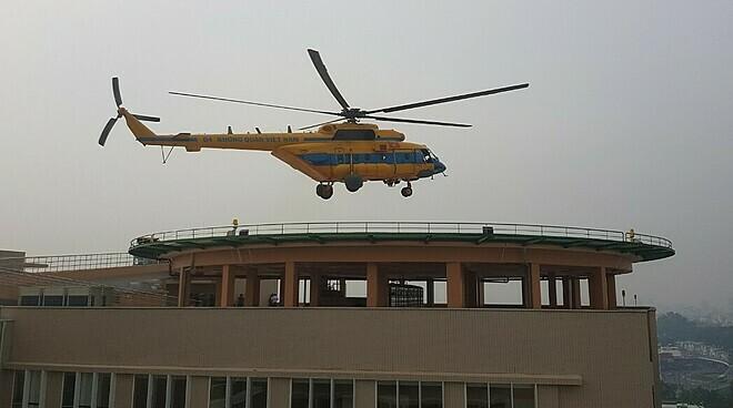 Trực thăng cấp cứu lần đầu đáp xuống nóc bệnh viện - ảnh 1