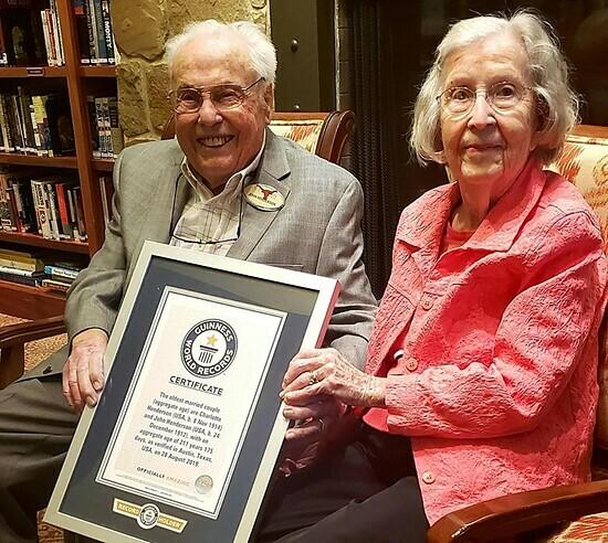 Ông bà Henderson cùng chứng nhậnCặp đôi sống thọ nhất thế giới. Ảnh:Ảnh: Longhorn Village Senior Living
