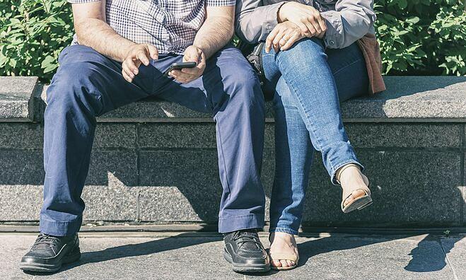 Ngồi dạng chân nhẹ theo hướng 11h và 1h giảm nguy cơ đau đầu gối, đau vùng hông. Ảnh: Daily Mail