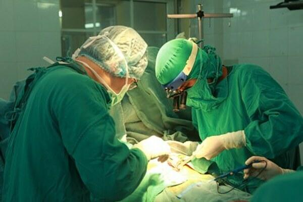 Bác sĩ phẫu thuật tim cho bệnh nhân tại Bệnh viện Tim Hà Nội. Ảnh: Thu Trang.