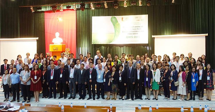 Các diễn giả và khách mời trong lĩnh vực quản lý chất lượng và an toàn thực phẩm tại hội thảo.