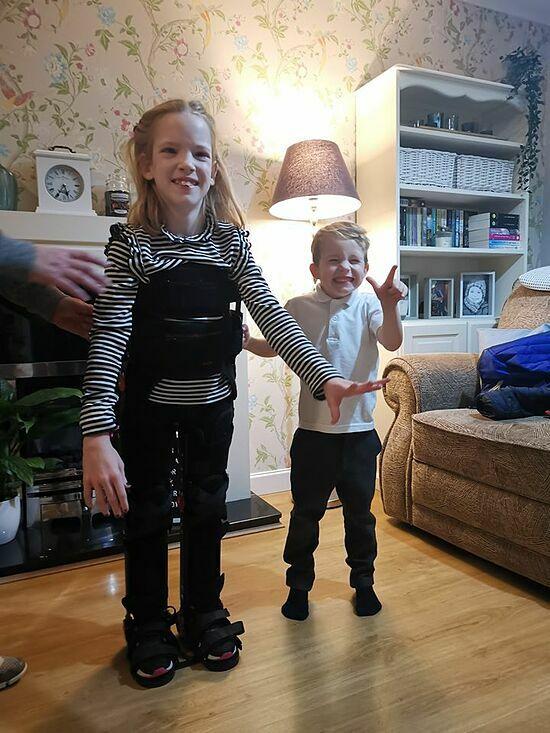 Tarli bước những bước đầu tiên cùng đôi nẹp cẳng chân. Ảnh:Leonie McCarthy