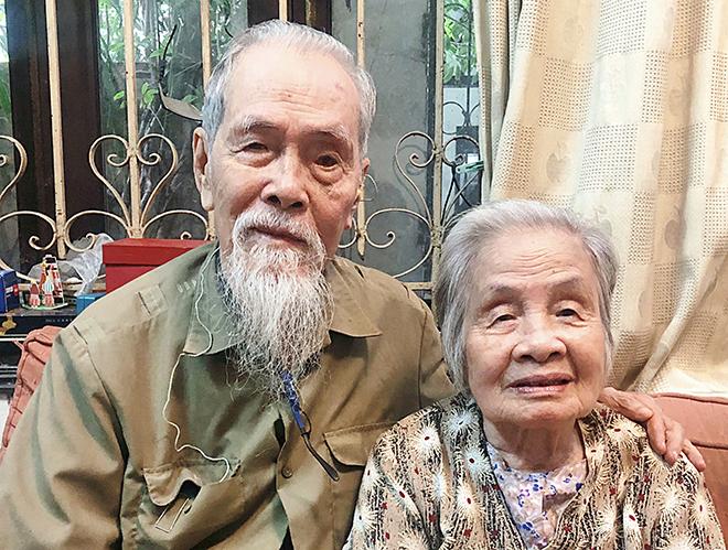 Ông Hùng và vợ đều học ngành Y. Hai vợ chồng tham gia buổi họp chi bộ để chia sẻ bí quyết chăm sóc sức khỏe cho mọi người. Ảnh: Thùy An