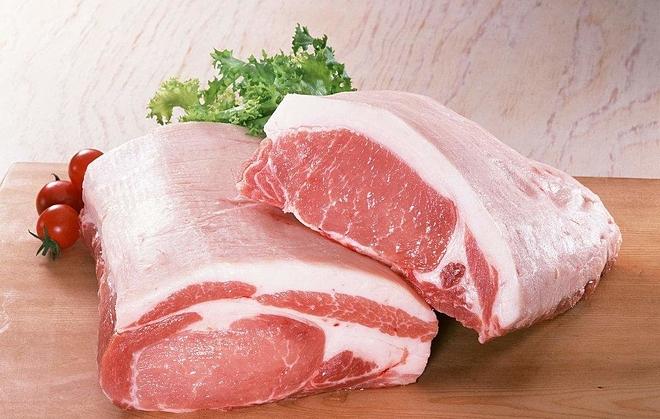 Thịt lợn tươi ngon màu hồng tươi hoặc đỏ nhạt, có mùi vịt thịt, lớp bì dày, phần nạc và mỡ dính chặt. Ảnh: Sohu