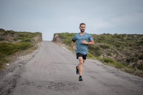 Chạy bộ tiêu tốn khoảng 300 calories trong 30 phút. Ảnh: Runtastic.