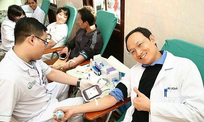 Các bác sĩ Bệnh viện Việt Đức hiến máu snags 11/12. Ảnh: L.N