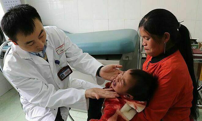 Các bác sĩthăm khám cho bệnh nhiở Lai Châu. Ảnh: Thanh Xuân.