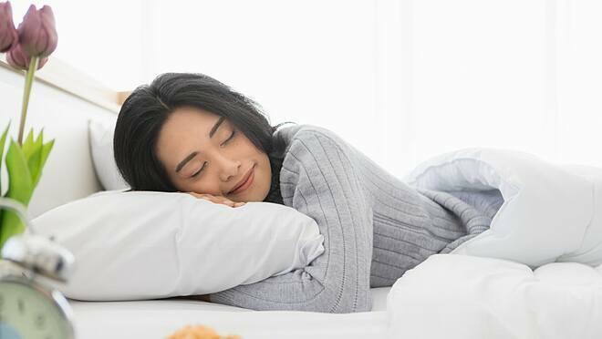 Ngủtừ 9 tiếng trở lên vào ban đêm làm tăng nguy cơ đột quỵ lên 23%. Ảnh: Shutterstock
