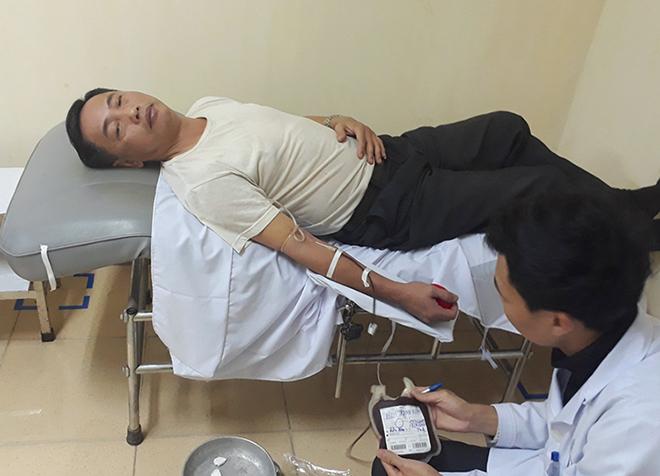 Thầy giáo kiệm được bác sĩ lấy máu rạng sáng 14/12. Ảnh: Đ.H