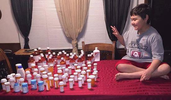 Steven và số thuốc từng dùng trong suốt 3 năm qua. Ảnh: Ashley Cotter.
