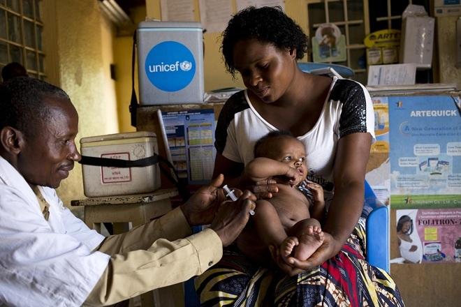 Trẻ em châu phi được tiêm phòng bệnh sởi. Ảnh: Unicef