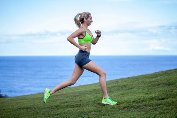 Không nên nhịn ăn hoặc ăn quá no trước khi chạy bộ. Ảnh: Popsugar.